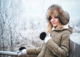 """alt=""""Frau Winterlandschaft"""" title=""""© lctishka - Fotolia.com"""""""