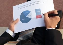 """alt=""""Geschäftsmann analysiert Daten"""" title=""""© cirquedesprit - Fotolia.com"""""""