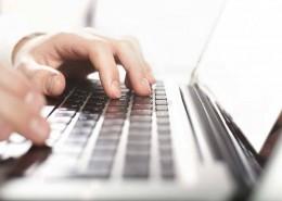 """alt=""""Mann am Laptop"""" title=""""© peshkova - Fotolia.com"""""""