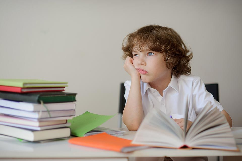 """alt=""""Junge sitzt am Schreibtisch"""" title=""""© unguryanu - fotolia.com"""""""