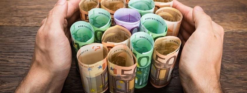 """alt=""""Geld zwischen Hände"""" title=""""© Andrey Popov - Fotolia.com"""""""