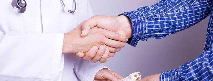 """alt=""""Arzt erhält Geld von Patient"""" title=""""© Aycatcher - Fotolia.com"""""""