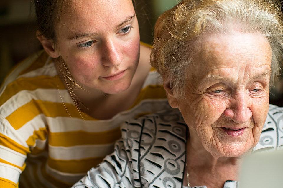 """alt=""""Alte Frau"""" title=""""© De Visu - fotolia.com"""""""