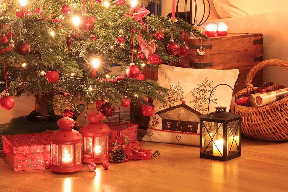 """alt=""""Weihnachtbaum mit Geschenken und Lichtern"""" title=""""© cmfotoworks - Fotolia.com"""""""