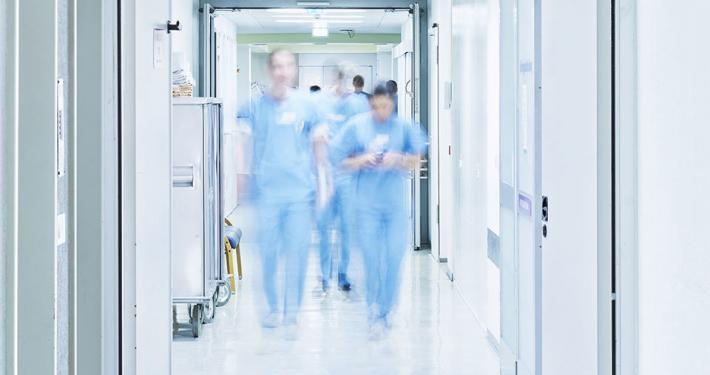 "alt=""Krankenhausgang"" title=""© upixa - stock.adobe.com"""