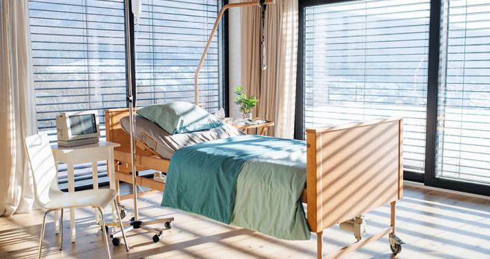 "alt=""Patientenzimmer"" title=""© Halfpoint - stock.adobe.com"""